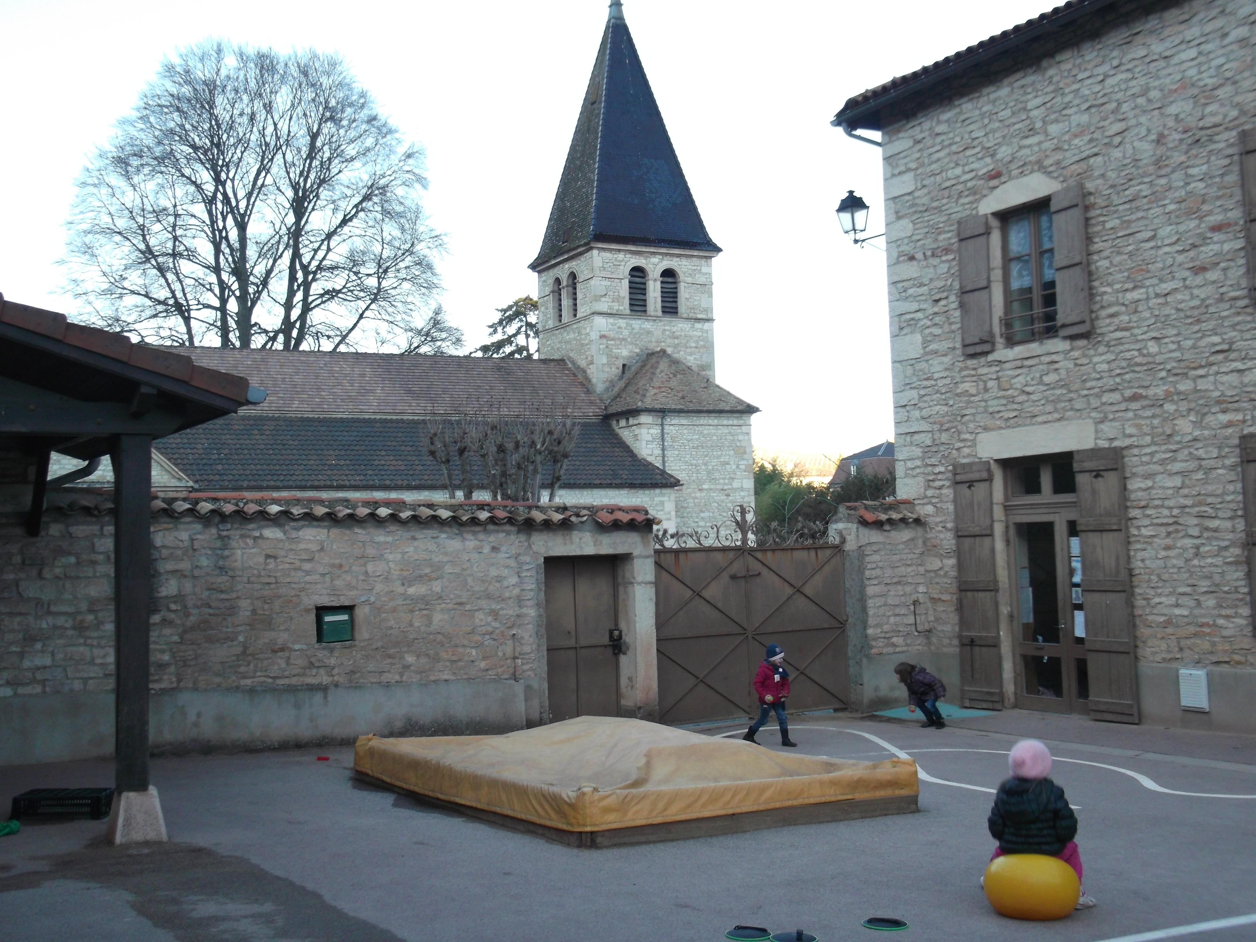 la cour de l'école de Lugny, vue sur l'église