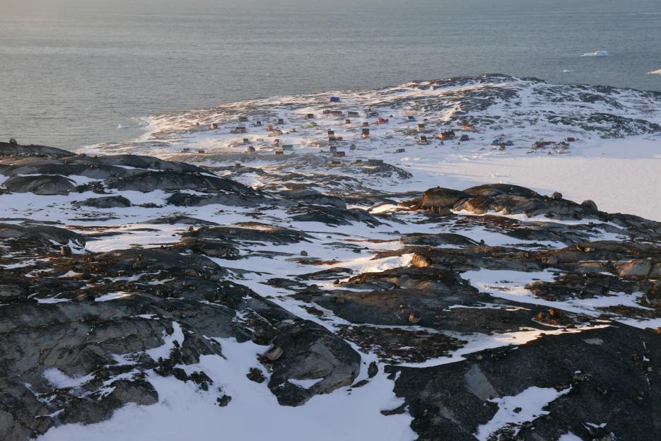 Le village d'Oqaatsut face à la mer. Nous sommes face à la Baie de Disko connue pour sa richesse en crevettes et mammifères marins.